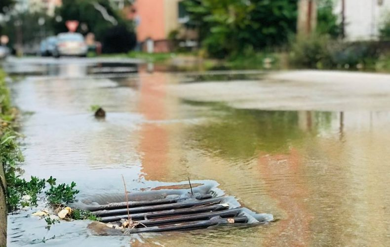Na Novomestskej prasklo vodovodné potrubie a ulica je momentálne zatopená