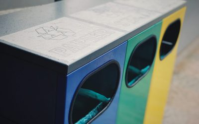 Pomocou triedenia odpadu dokážeme zlepšiť životné prostredie. Nové smetné nádoby v meste sú osadené