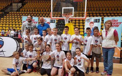 Tri roky po sebe dokazujú, že v minibasketbale sú najlepší. ZŠ Fándlyho skompletizovala zlatý hetrik