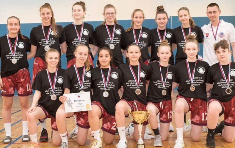 Úžasný úspech. Máme strieborné dievčatá a bronzových chlapcov z Majstrovstiev Slovenska v basketbale