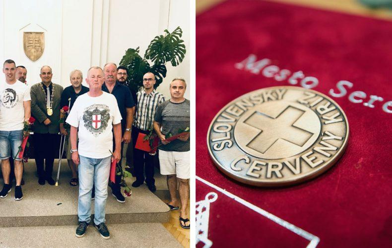 Poznáme 13 statočných Seredčanov, ktorí pomáhajú zachraňovať životy iných