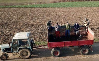 Takúto pieseň Slovensko ešte nezažilo. Šintavská kapela MEJBIS spieva o zoranom poli a vysnívanom traktore Zetor
