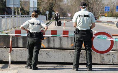 Polícia Slovenskej republiky prehľadne sumarizuje všetky opatrenia. Prosí vás, aby ste neverili hoaxom a nepreťažovali linky