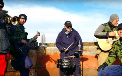 Táto pieseň vám zaručene zlepší náladu. Šintavská kapela MEJBIS spieva o zoranom poli a vysnívanom traktore Zetor