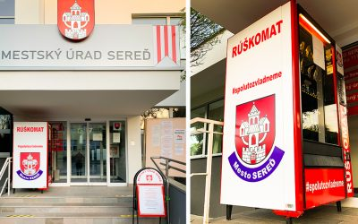 Ďalší rúškomat nájdete pred budovou mestského úradu v Seredi. Vznikol vďaka spolupráci a nesie pekný odkaz