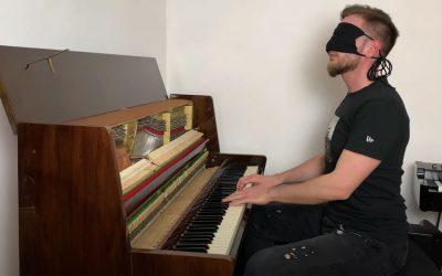 Videli ste niekedy hrať klavírneho virtuóza naslepo? Seredčan Norbert Daniš neprestáva prekvapovať
