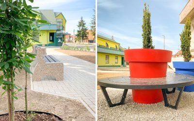 Revitalizácia seredskej polikliniky pokračuje. Pridané boli lavičky, smetné koše a ďalšia zeleň